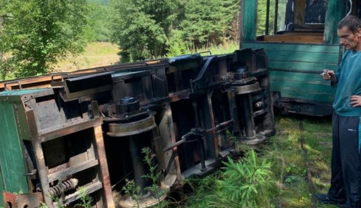 Kisiklott és felborult a kommandói kisvasút egyik vagonja, egy személy kórházba került