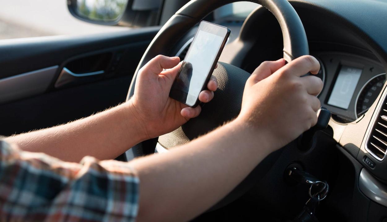 Szigorúbban fogják büntetni az okostelefonok használatát autóvezetés közbeni