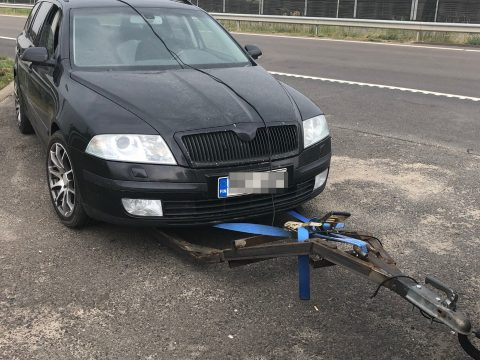 Házilag barkácsolt szerkezettel vontatott autót egy román sofőr Magyarországon