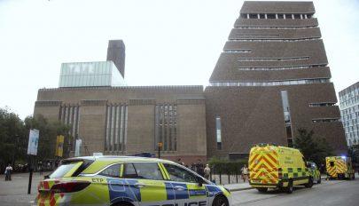 FRISSÍTVE: Lehajítottak egy hatéves gyereket a londoni Tate Modern múzeum teraszáról