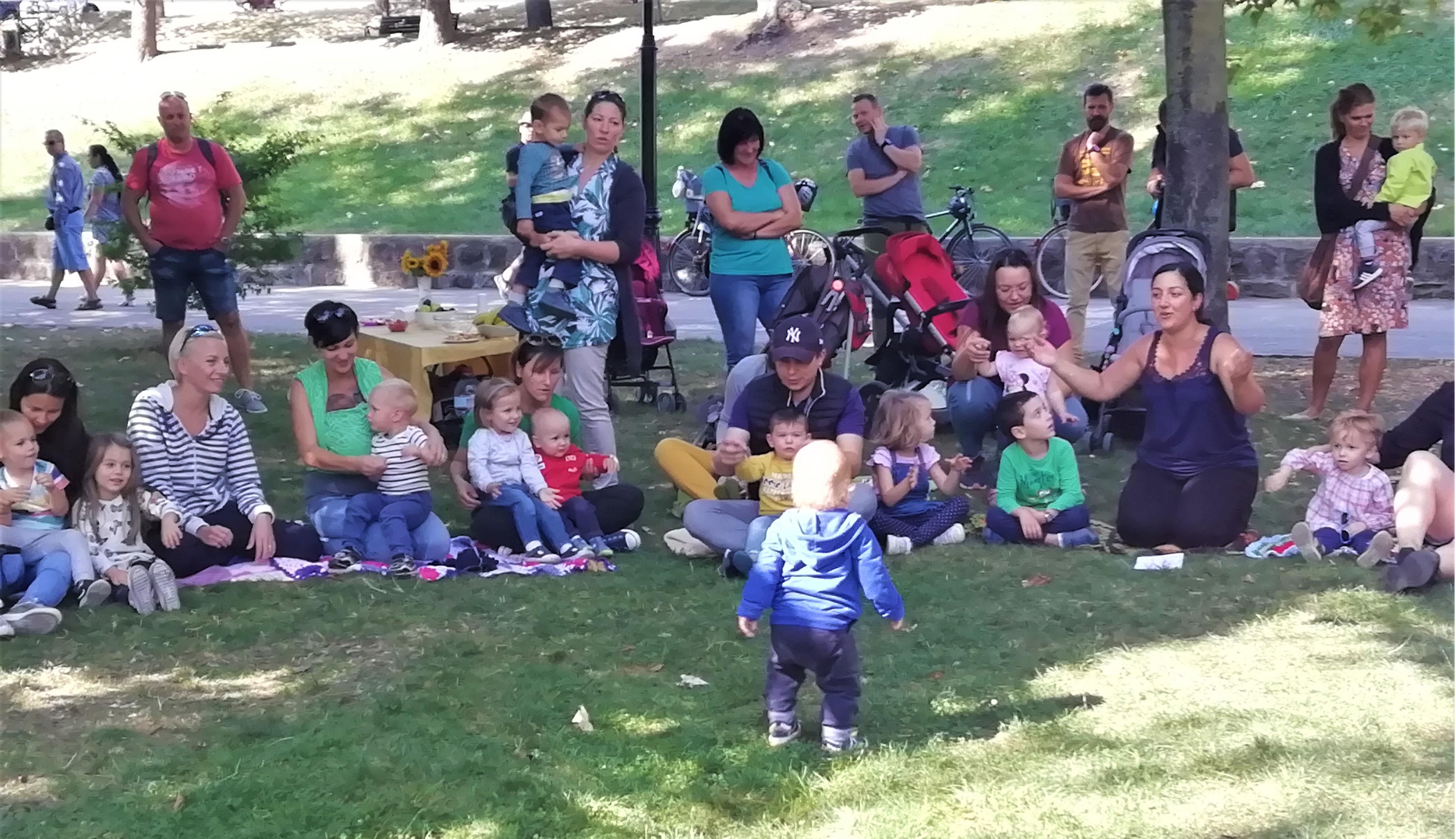 Mondókázás a parkban