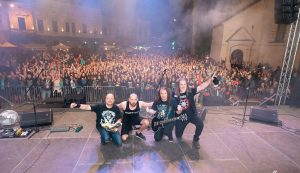 A zenekar és a kézdivásárhelyi közönség közös fotója  Fotó: Codra Botond