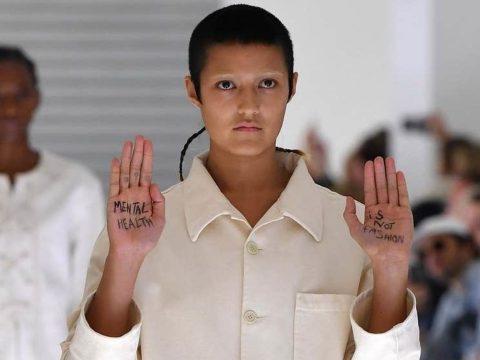 A tenyerére írt üzenettel tiltakozott a Gucci kényszerzubbonya ellen