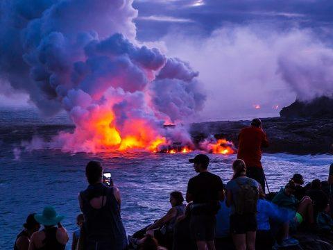 Lila napfelkelte, a vulkán miatt