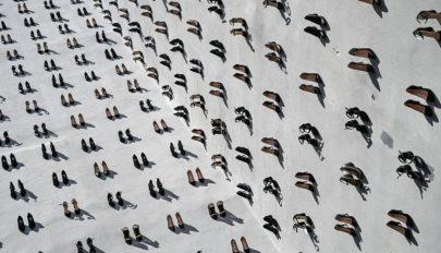 440 pár cipőt akasztottak az isztambuli házfalakra