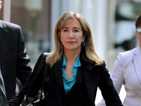 Két hét börtönbüntetésre ítélték Felicity Huffmant, a Született feleségek sztárját