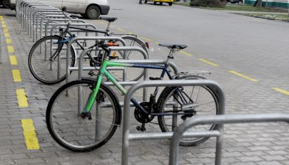 Tervezet: lássanak el bicikliparkolókkal minden állomást, piacot és középületet