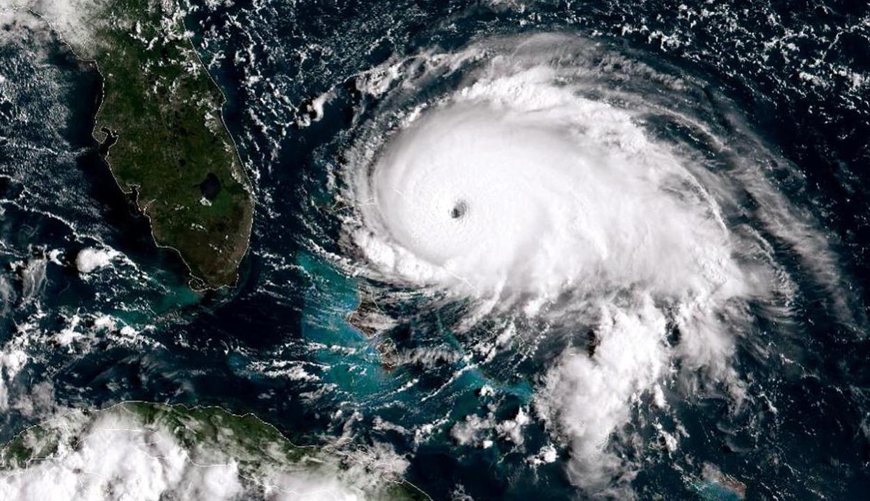 Óránként 300 kilométeres sebességű széllel süvít Florida felé a Dorian hurrikán