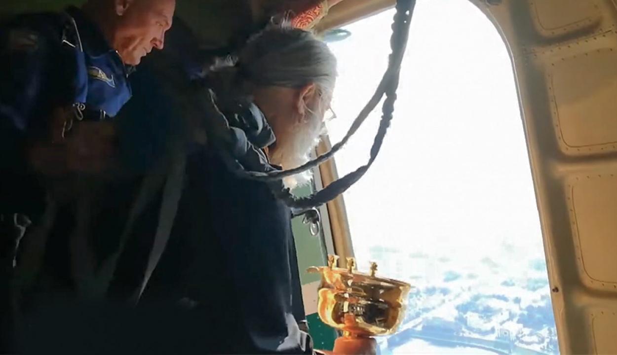 Légi szenteltvíz-permetezéssel vette fel a harcot az iszákossággal egy orosz pap