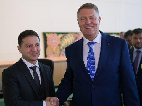 Johannis az ukrán nyelvtörvény módosítását kérte Zelenszkijtől