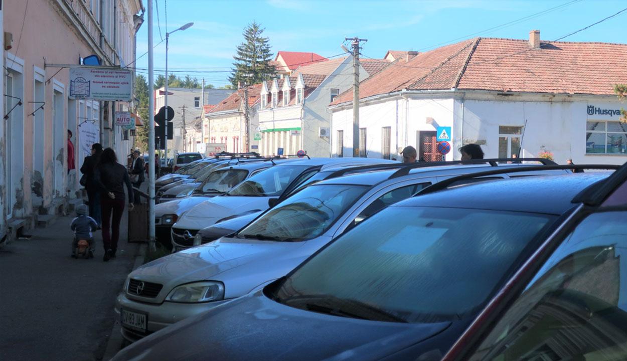 Sok az autó, kevés a parkoló