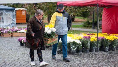 Halottak napi virágvásárt tartanak Szentgyörgy főtéren