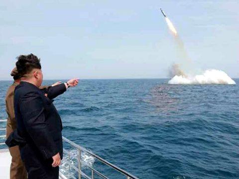 Észak-Korea megint rakétákat lőtt ki