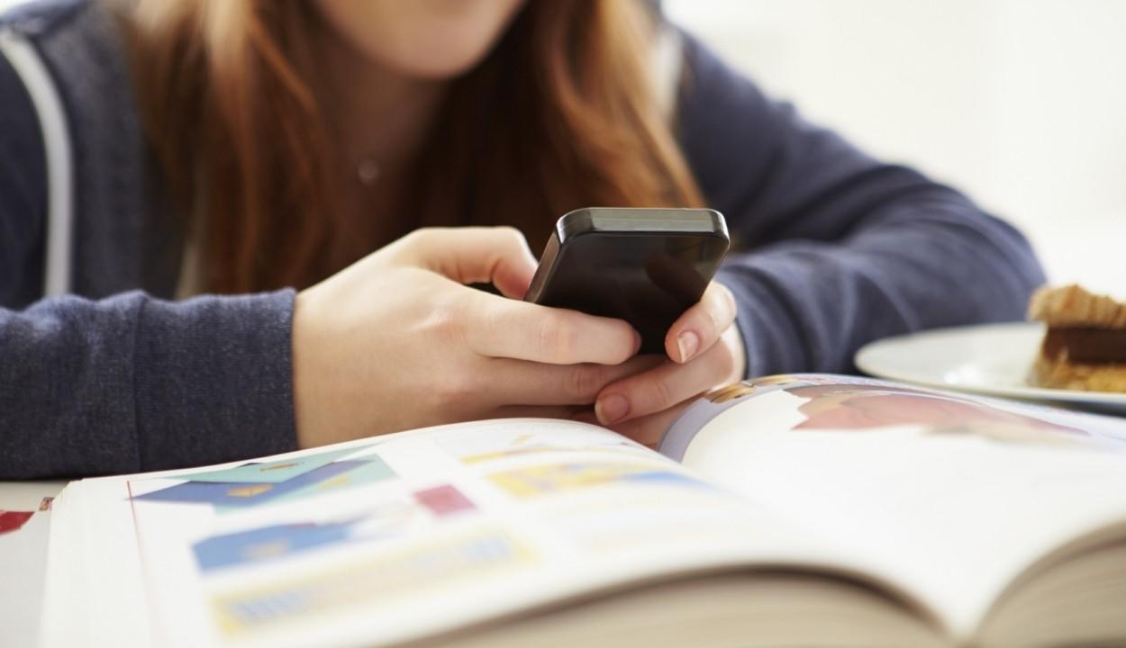 Okostelefonon írhatnak dolgozatot nemsokára a magyar diákok