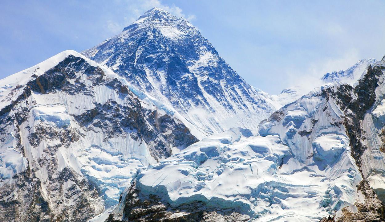 Megmérik a Mount Everestet