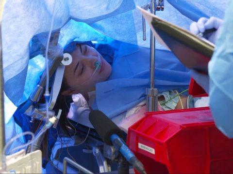 Élőben közvetítettek egy agyműtétet a Facebookon, miközben ébren volt a páciens