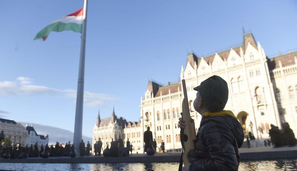 Aradi vértanúk: felvonták, majd félárbócra engedték a nemzeti lobogót a Parlament előtt