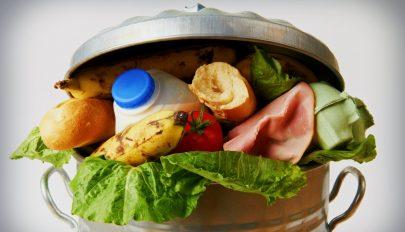Évente több mint 2 és fél millió tonna élelem kerül a szemétbe Romániában