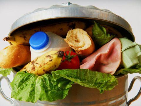 Naponta hatezer tonna élelmiszer kerül a szemétbe Romániában