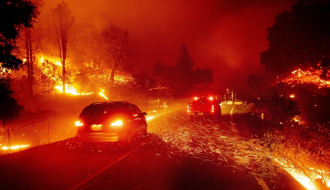 Kaliforniában ismét megszűnt az áramszolgáltatás, ezrek menekülnek a tűzvész elől