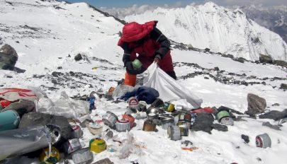 Újrahasznosítják a Mount Everesten összegyűjtött hulladékot