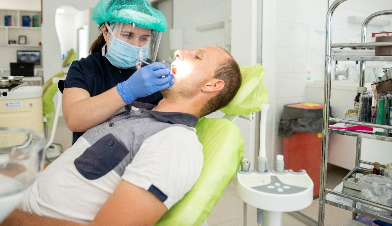 Csaknem négy centiméteres emberi fogat húztak ki egy német fogászaton