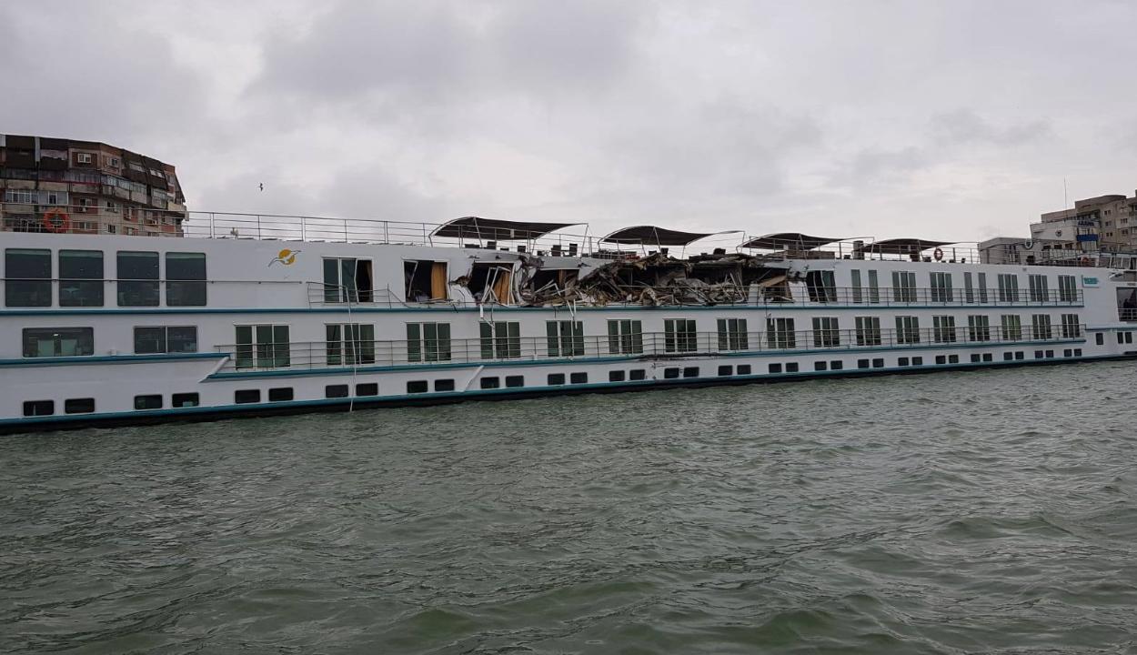Három személy megsérült a Dunán, amikor egy turistahajó egy teherhajóval ütközött
