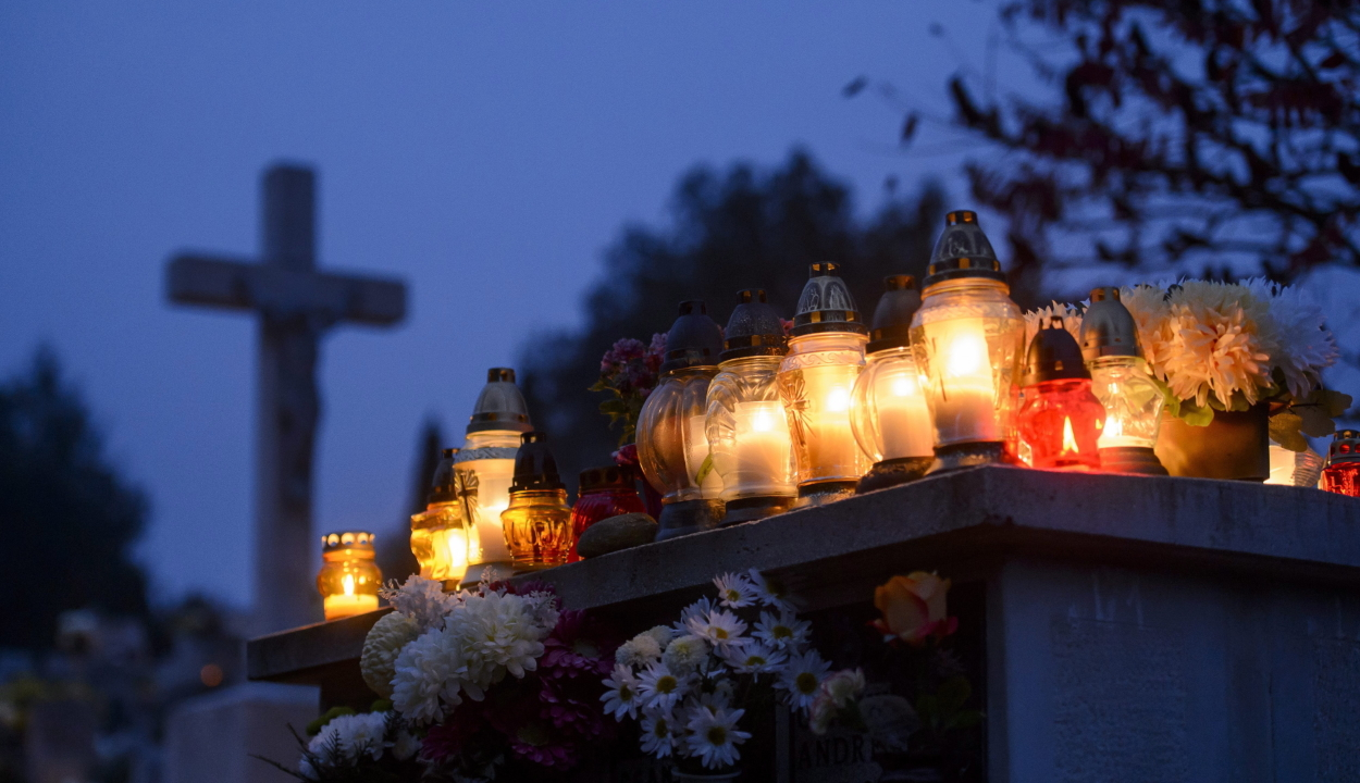 A katolikusok az összes szentről és minden elhunytról megemlékeznek