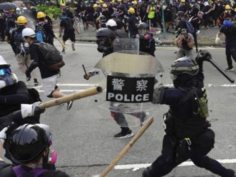 A hongkongi rendőrség kijárási tilalmat szorgalmaz