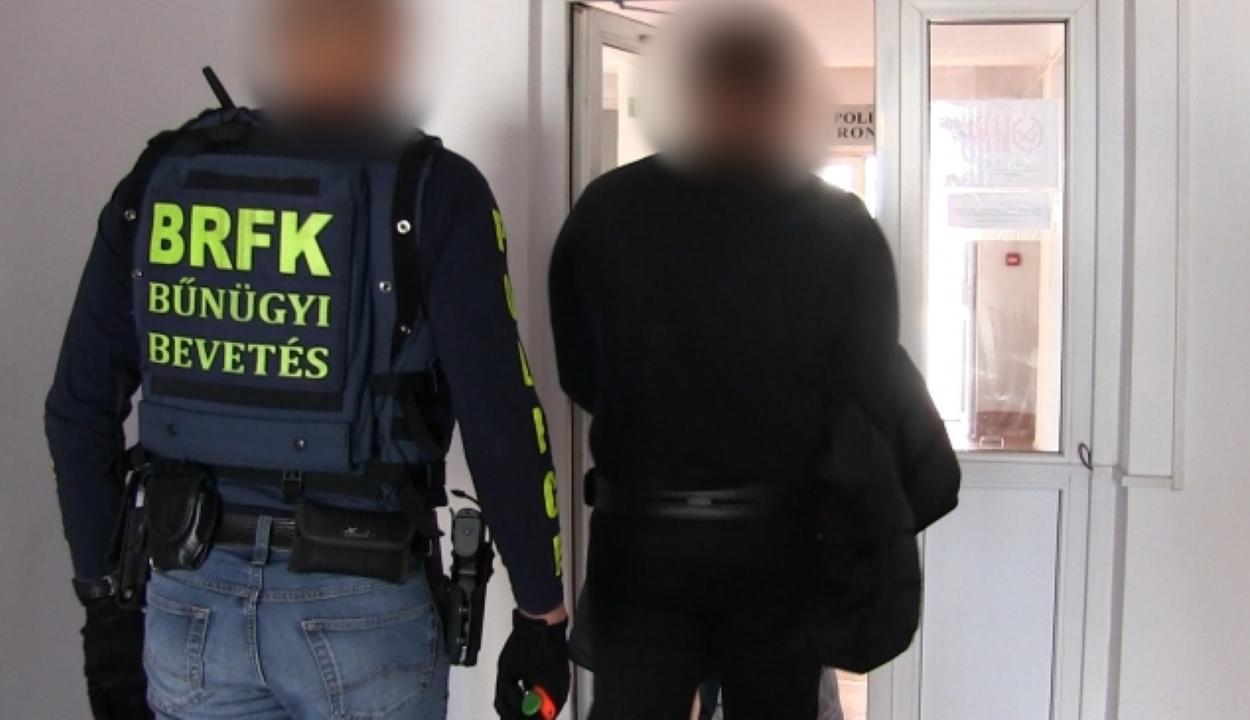 Átadtak a magyar rendőrségnek egy Budapesten késelő román férfit