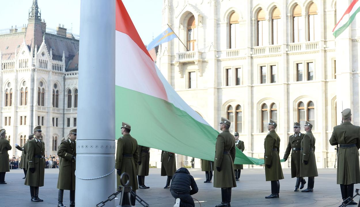 Október 23: felvonták a nemzeti lobogót az Országház előtt
