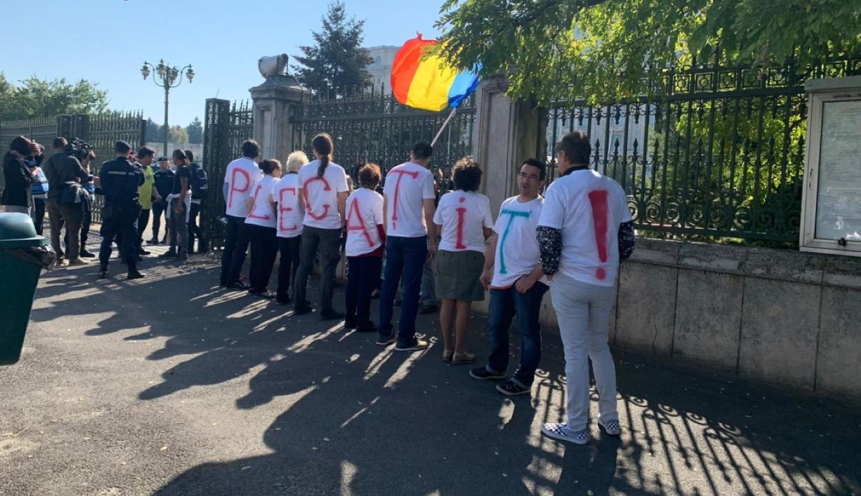 Bizalmatlansági indítvány: kisebb csoport tüntet a parlament épülete előtt