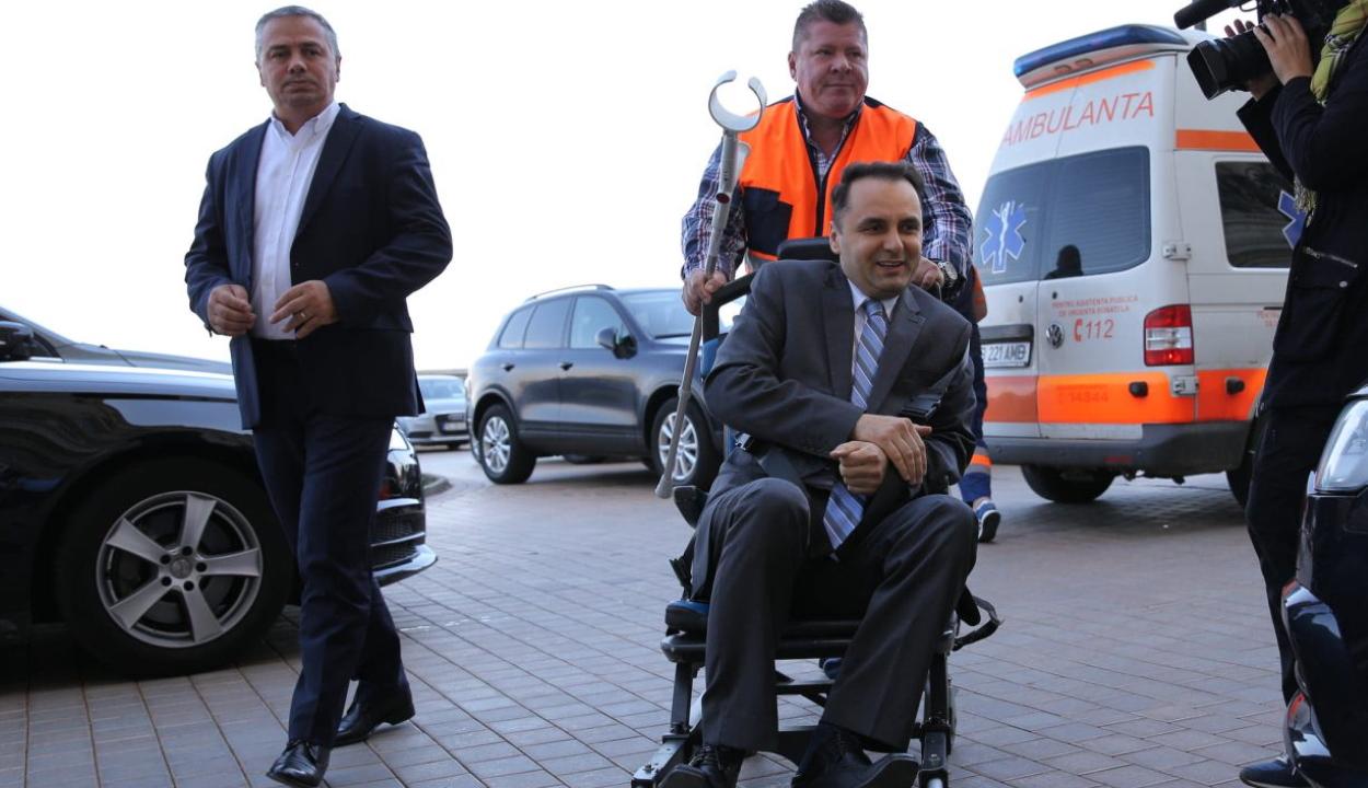 Mentővel hozták a kolozsvári kórházból a parlamenthez a PMP egyik szenátorát