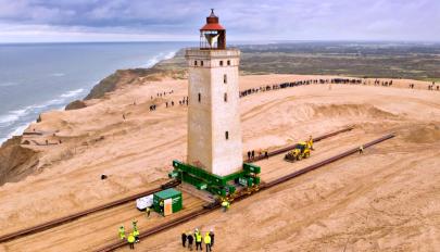 Odébb toltak egy világítótornyot Dániában, hogy nehogy összedőljön