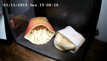 Tíz év után sem romlott meg a vitrinbe rakott sajtburger