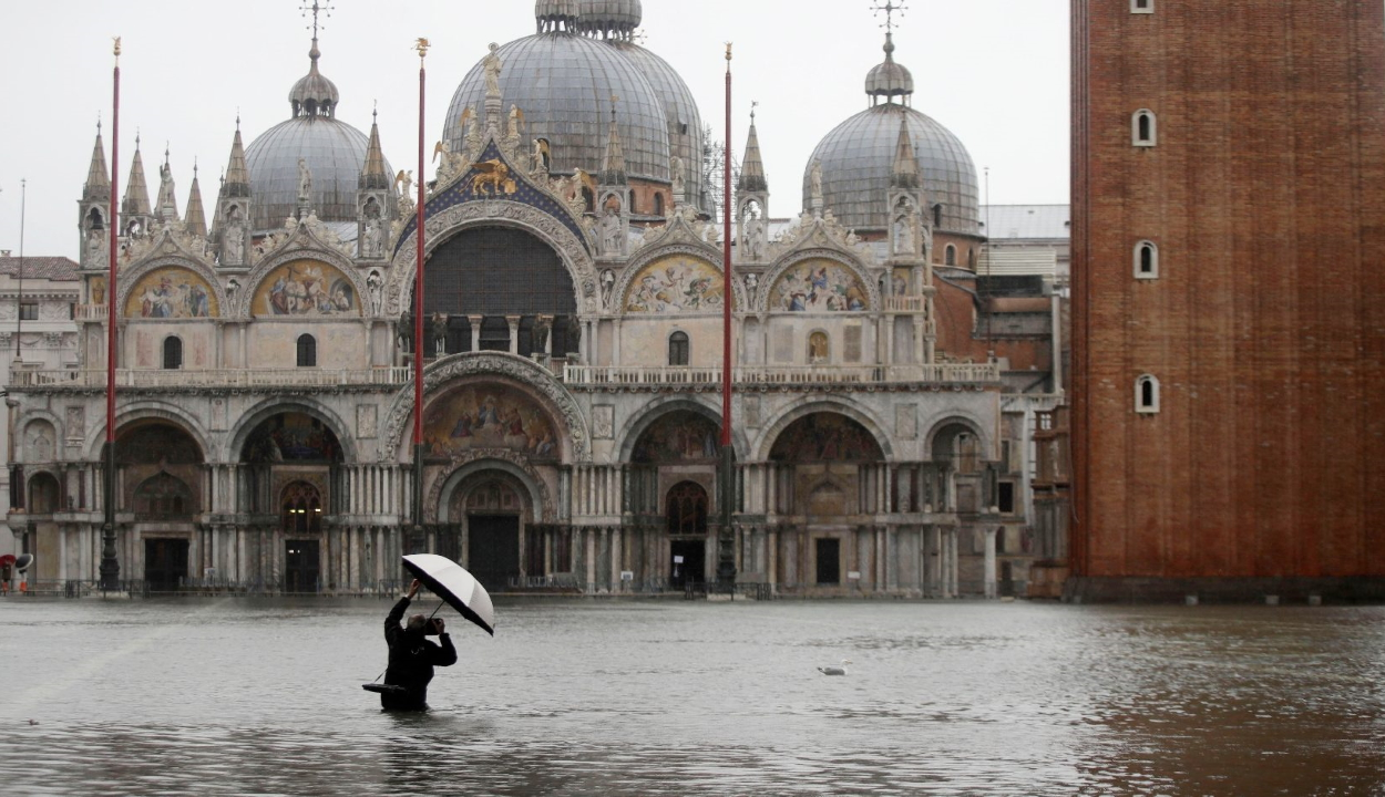 Rekord magasságú árvíz öntötte el Velencét, két ember meghalt