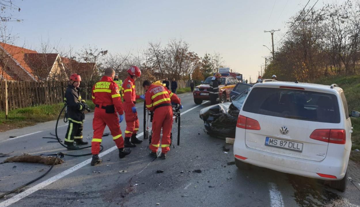 Két személygépkocsi és egy kisteherautó ütközött Marosvásárhelyen, egy férfi súlyosan megsérült