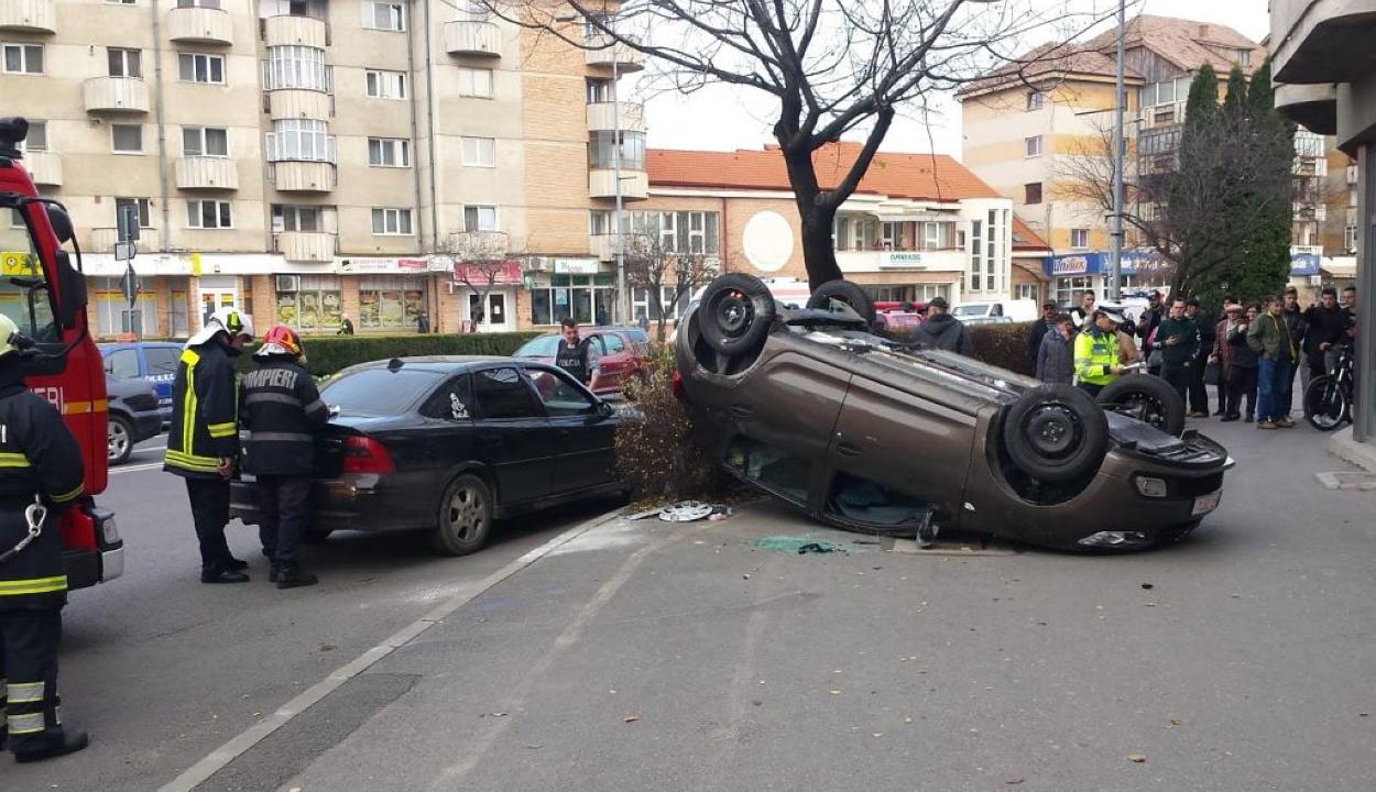 FRISSÍTVE: Súlyos baleset Szentgyörgyön: felborult és a járdára repült az egyik autó