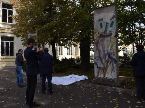 Bukarestben állították ki a berlini fal 3 tonnás darabját