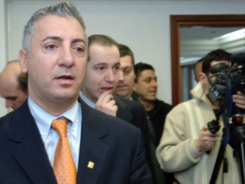 Visszahívja a kormány a New York-i főkonzult; több prefektust menesztettek