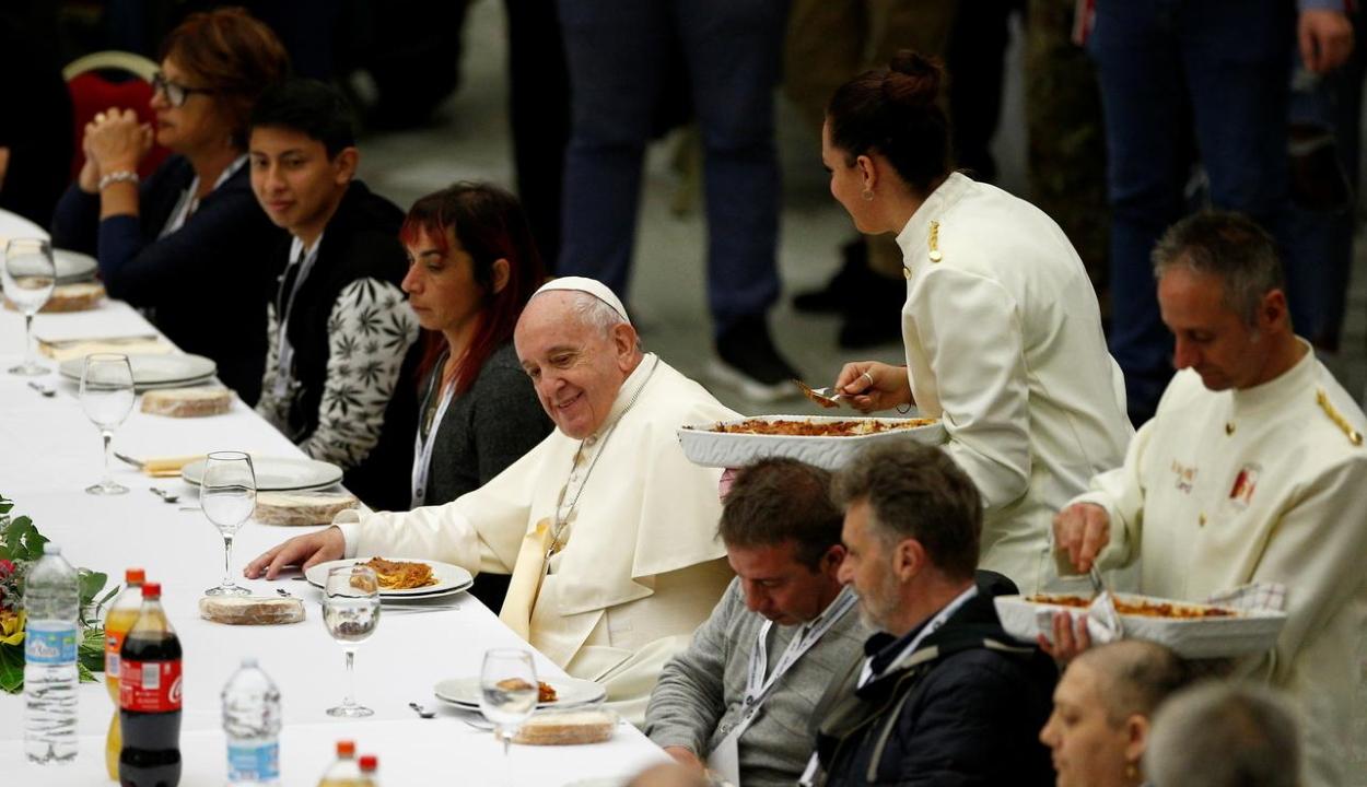 Ezerötszáz szegény ebédelt Ferenc pápával a Vatikánban