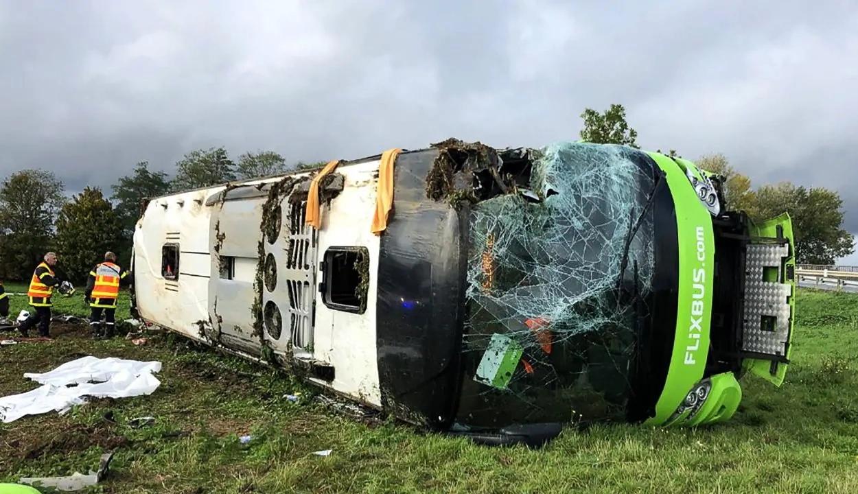 Harminchárman sérültek meg egy franciaországi buszbalesetben, köztük két román állampolgár