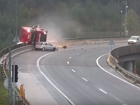 Mélybe taszított egy magyar kamionost egy autó Szlovéniában