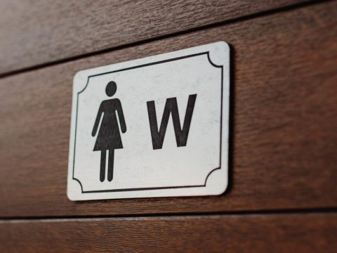 Feladta magát egy férfi, aki bement egy temesvári iskola női mosdójába