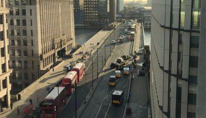 FRISSÍTVE: Ketten meghaltak, hárman megsérültek egy késeléses támadásban Londonban