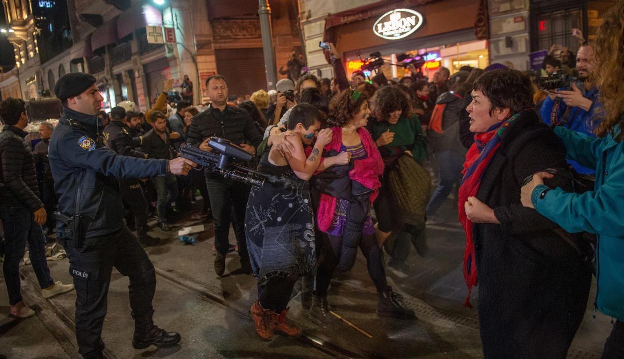 Könnygázzal oszlatták fel a nők elleni erőszak elleni békés tüntetést Isztambulban