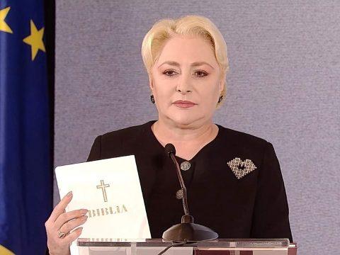 Dăncilă három ajándékot készített elő Johannisnak: egy trikolórt, egy alkotmányt és egy Bibliát