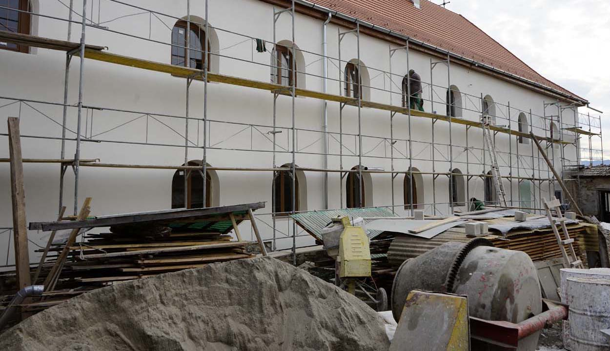 Szépen körvonalazódik a kolostor épülete