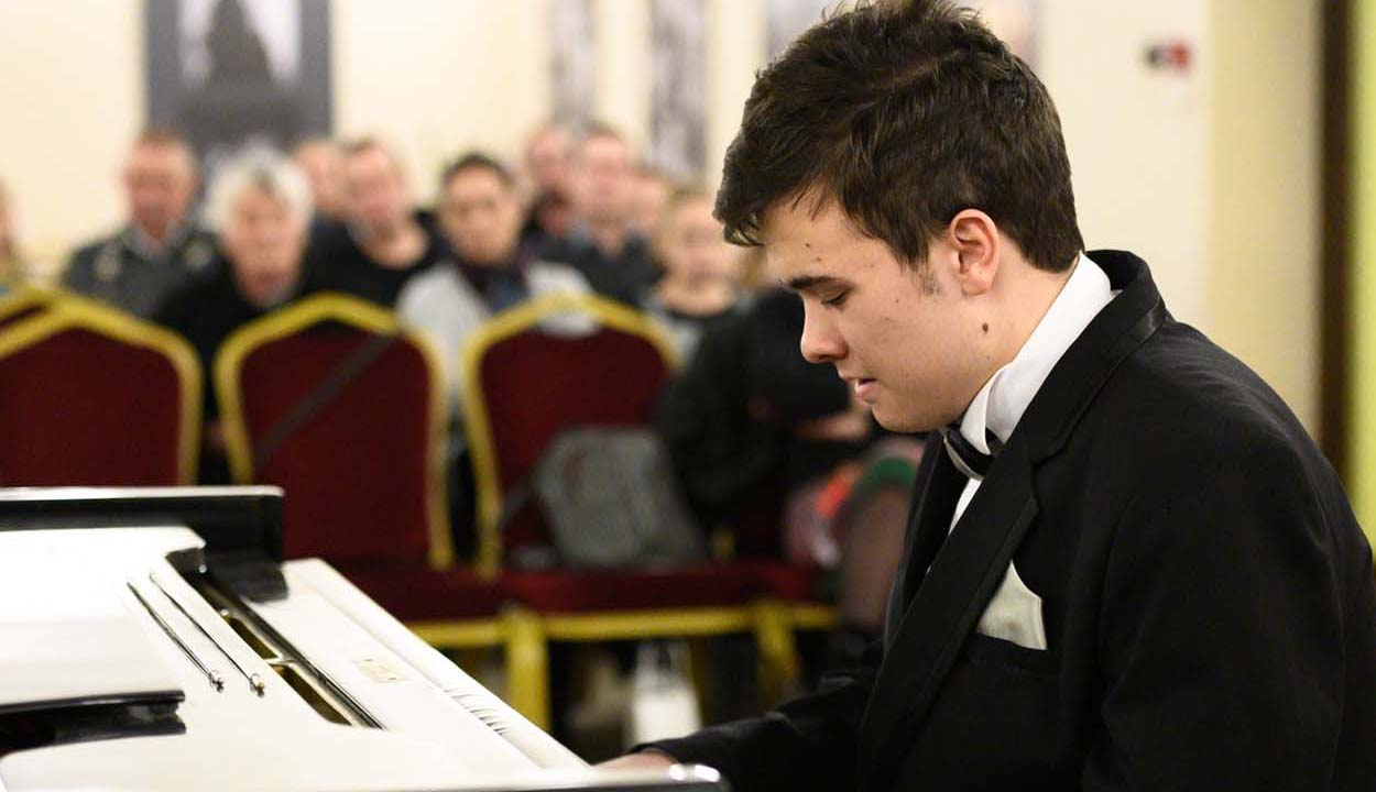 Adventi zongoraest Kovács Hunortól