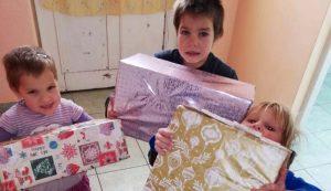 Szépmezői óvodásgyermekek az adományokkal